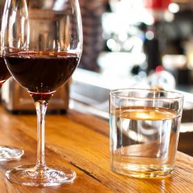 Pourquoi boire plus d'eau quand on boit de l'alcool permet d'éviter la gueule de bois
